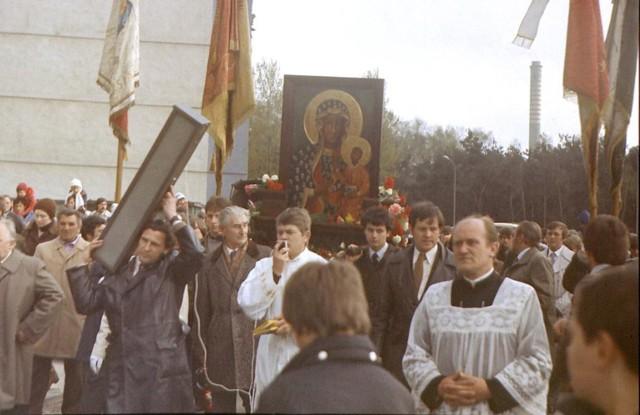 Procesja wokół placu pod budowę kościoła