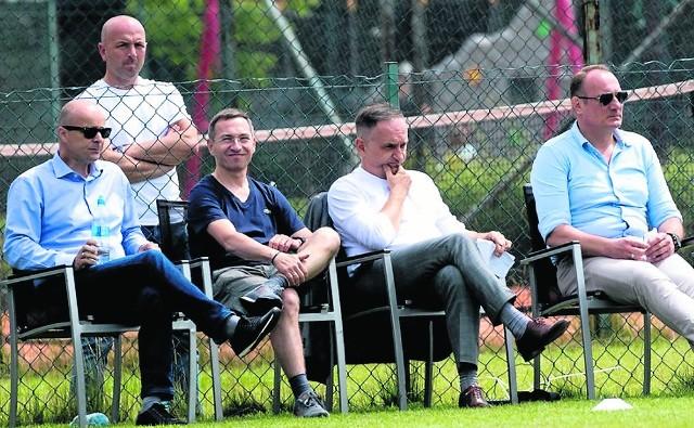 Grzegorz Ślak (drugi od prawej) musi teraz zastanowić się, jak rozwiązać sprawę z Deanem Johnsonem