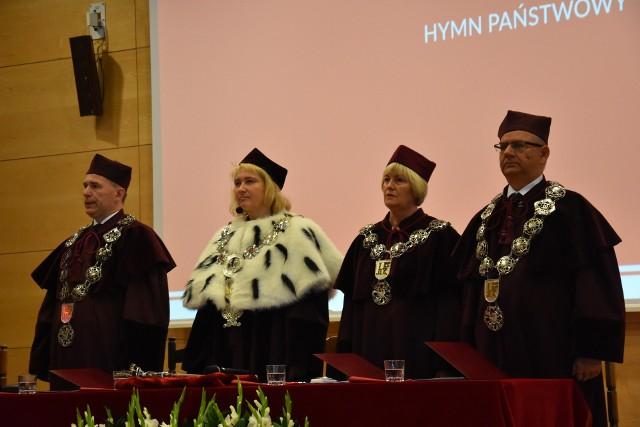 Rektor uczelni profesor dr. hab.   Anna Wypych-Gawrońska mogła przywitać  gości na uniwersyteckiej inauguracji roku akademickiego