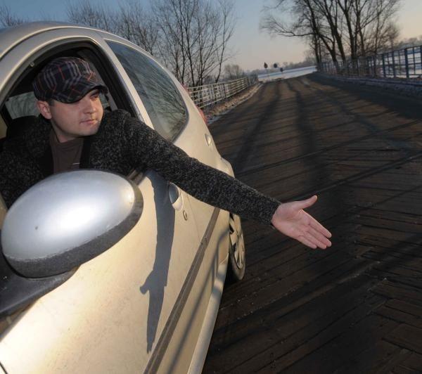 - Za każdym razem, kiedy  tędy przejeżdżam, boję się, że most nie wytrzyma ciężaru auta - mówi Tomasz Malinowski.