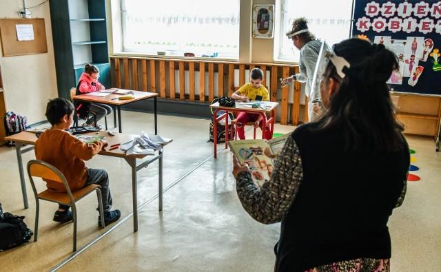 Od 25 maja na zajęcia opiekuńczo-wychowawcze do szkół mogły wrócić dzieci z klas 1-3 i 8-klasiści na konsultacje. Od 1 czerwca na konsultacje - klasy 4-7.