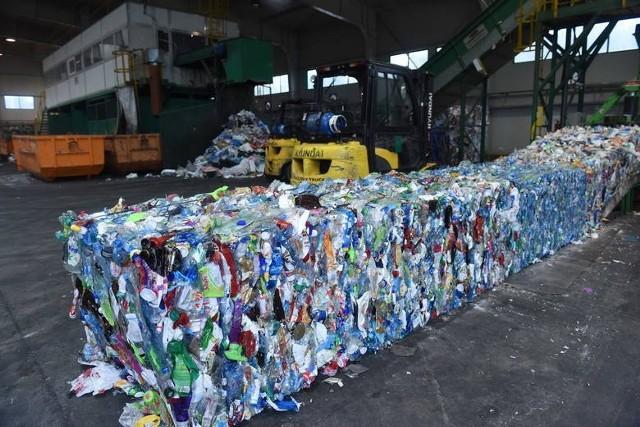 Zanim śmieci trafią na wysypisko, muszą je z pojemników odebrać pracownicy ZGK. A jeśli tego nie zrobią? Zapisy ustawy o utrzymaniu czystości i porządku w gminach nie przewidują  rekompensat  za niewykonanie  lub nienależyte  wykonanie usługi odbioru  odpadów