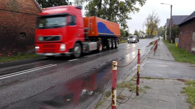 - Przez Wrociszów na trasie Nowa Sól - Kożuchów tiry mkną jak szalone - przyznają mieszkańcy