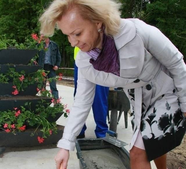 Akt erekcyjny wmurowała m.in. Agnieszka Jamrowska, która od kilku miesięcy rządzi gminą (fot. Dariusz Brożek)