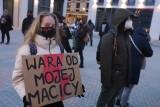 """Strajk Kobiet. Zdjęcia z sobotniego protestu w Łodzi (6.02). Działaczki zbierają podpisy pod projektem """"Legalna Aborcja. Bez Kompromisów""""."""