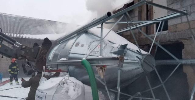 """Trzy zastępy straży pożarnej gaszą pożar płonącego paliwa w jednym z gospodarstw w Brużyczce Małej pod Aleksandrowem Łódzkim. Do zapłonu doszło, po przewróceniu potężnego silosu zbożowego, który spadł na pojemnik z olejem napędowym. [cyt]- W wyniku przewrócenia się silosu na zborze został uszkodzony zbiornik z olejem napędowym (500 litrów), w wyniku wycieku nastąpił zapłon około 200 litrów. Trwają działania gaśnicze. OSP Aleksandrów i 2x JRG Zgierz - informują strażacy. [/cyt]Zobacz również: Łódź: radna Marta Grzeszczyk odchodzi z PiS. W tle poglądy na kwestię aborcji i szantaż. """"Postawiono mi tchórzliwe ultimatum, stracę pracę""""Pogoda dla Łodzi. Prognoza na tydzień od 15 lutego? Będzie odwilż, czy znów sypnie śnieg i będzie mróz? Pogoda od 15 lutego 2021Wystawa męskich narządów miłości u zwierząt w łódzkim ZOO przyciągnęła zwiedzających"""