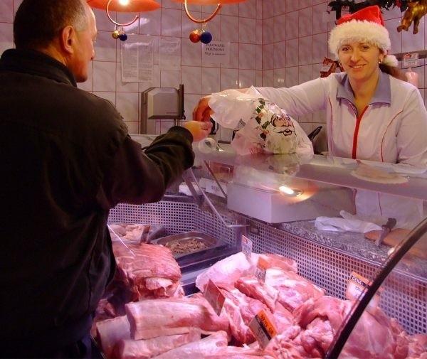 Klienci sklepu Neumana w Strzelcach Opolskich bez obaw kupowali w piątek mięso u Patrycji Kapicy. - Jest świeże i tutejsze - podkreślali.