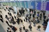 Polacy częściej wyjeżdżają za granicę. Za pieniądze z 500+