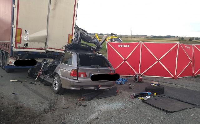 Strażacy z OSP w Jordanowie Śląskim jako pierwsi dotarli na miejsce wypadku. - Przy pomocy narzędzi hydraulicznych udało się dostać do osoby poszkodowanej. Po kilkuminutowej walce i pomocy ze strony docierających jednostek, udało się wydobyć osobę poszkodowaną. Niestety, wskutek rozległych obrażeń u poszkodowanego, został stwierdzony zgon - relacjonują strażacy w mediach społecznościowych.