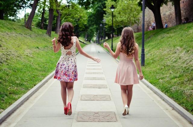 Wybór modnej sukienki na wesele nie jest łatwy. Należy pamiętać o kilku ważnych zasadach przy wyborze kreacji weselnej.
