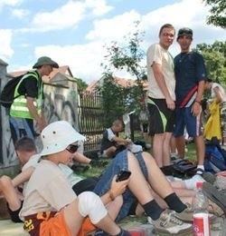Pielgrzymi odpoczywali wczoraj godzinę na trawnikach za ostrołęcką farą. Na zdjęciu grupa z Pisza.