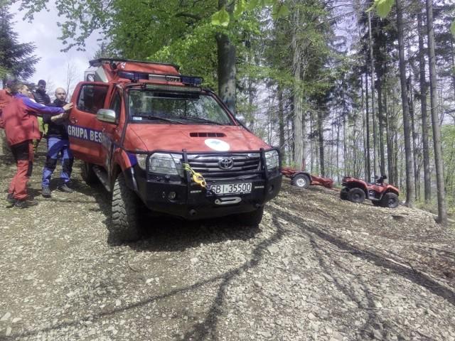 Zwłoki mężczyzny znaleziono na Stożku. Odnalzione ciało ratownicy GOPR przetransportowali do Wisły.