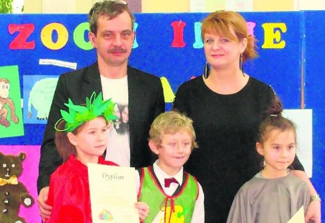 Pierwsza trójka nagrodzony uczniów wraz z nauczycielami.