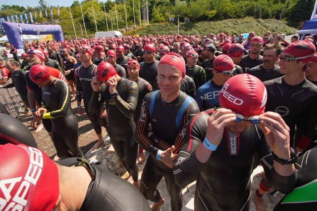 W sobotę od rana wschodnia część Poznania znalazła się we władaniu triathlonistów. Nad Maltą rozpoczęła się bowiem kolejna edycja zawodów Super League Triathlon. W tych prestiżowych zawodach na kilku dystansach wystartuje ponad 2000 zawodników. O godz. 11 do zmagań przystąpiło prawie 800 triathlonistów na dystansie 1/4 Ironmana (0,95 km pływania/45 km jazdy rowerem/10,55 km biegu).