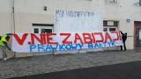 """Grupa """"Prawicowy Bałtyk"""" zamalowała mural Strajku Kobiet. Zarząd gdyńskiego klubu reaguje, możliwe kroki prawne"""