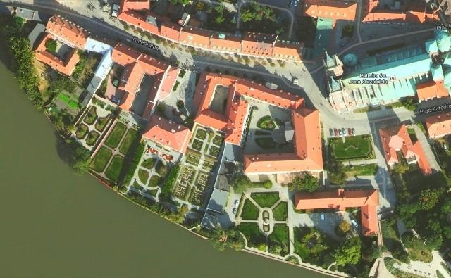 Kościelne ogrody dobrze widać na zdjęciach Google