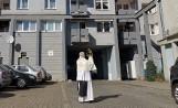 Kościół w dobie koronawirusa. Błogosławieństwo parafian na piechotę relikwiami i z samochodu Najświętszym Sakramentem [ZDJĘCIA]
