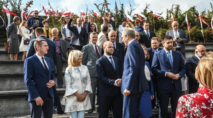 Swoich kandydatów na radnych przedstawił już PiS. Na zdjęciu: Tomasz Latos, kandydat partii na prezydenta Bydgoszczy, wita się z kandydatami