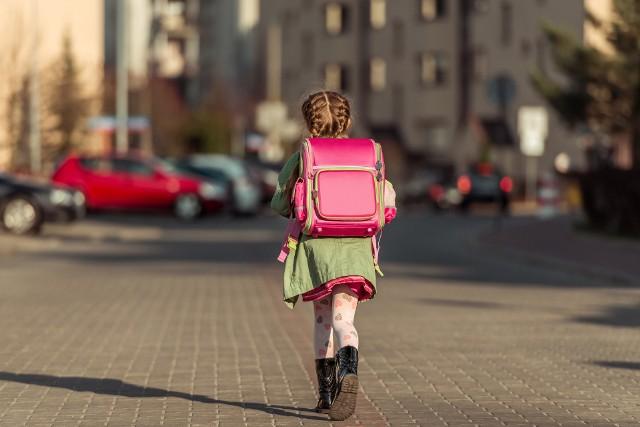 Przeciętnie, plecak waży od 0,5 do nawet 2 kg, dlatego wybierając model dla młodszych dzieci, warto zwrócić uwagę, aby był wykonany z lekkich materiałów.