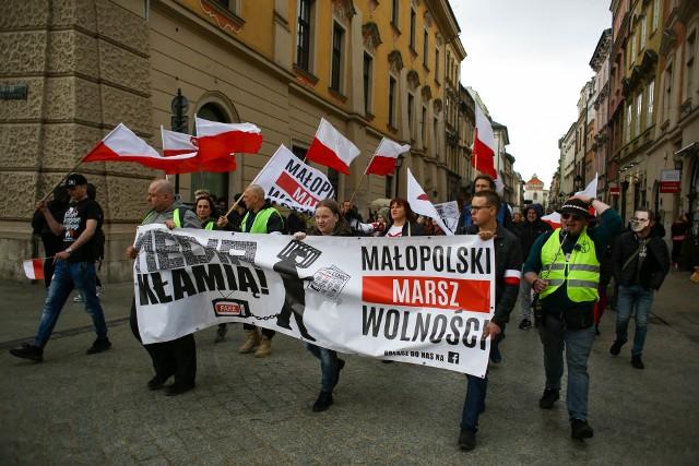 """""""Wolność zaczyna się tam, gdzie kończy się strach"""" i """"Szczepienia na Covid to eksperyment medyczny"""" – z takimi hasłami pod Barbakanem w Krakowie protestowały osoby skupione wokół Małopolskiego Marszu Równości."""