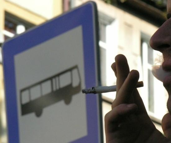 Od 15 listopada nie będzie można palić m.in. na przystankach autobusowych. A więc pod wiatą. Ale czy obok niej też?