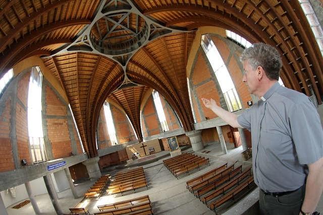 Budowa kościoła jest na etapie wznoszenia ścian, wkrótce zamontowane zostaną okna i drzwi - informuje ks. Ryszard Domin