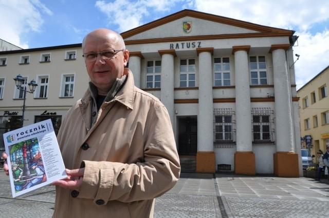 - Zachęcam do kupowania nowego Rocznika Powiatu Oleskiego - mówi redaktor rocznika Andrzej Szklanny.