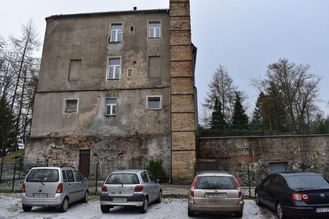 Ściana budynku szkoły w Bytnicy wygląda z roku na rok coraz gorzej. Ubytki są duże, więc gmina planuje naprawę ściany