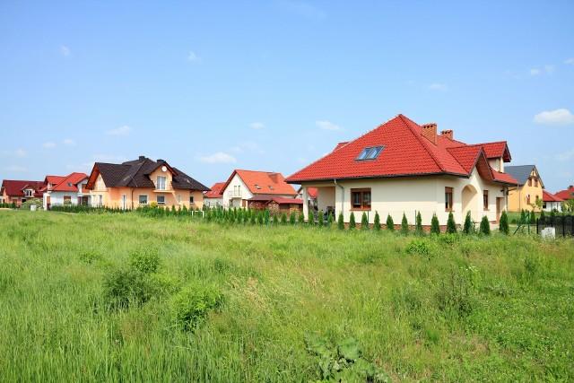 O domu na wsi marzy wielu Polaków, jednak koszty budowy z każdym rokiem rosną.