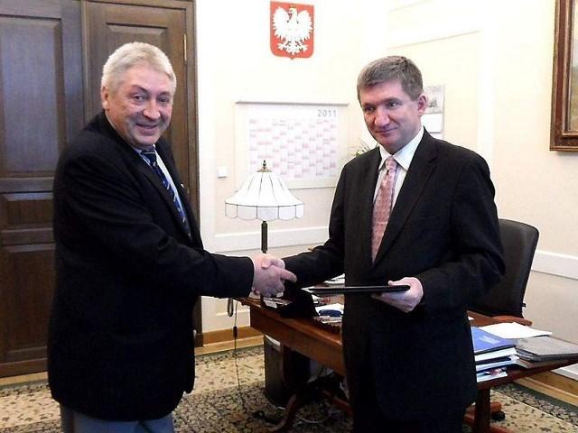 Grudziądzanin Kazimierz Kiczyński (z lewej) odbiera gratulacje od wicemarszałka Sejmu RP Jerzego Wenderlicha