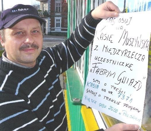 Wujek piosenkarki Andrzej Tokarz wywiesił w witrynie swego kiosku plakat zachęcający do głosowania na Kasię Muszyńską. - Kasia promuje nasze miasto - mówi.