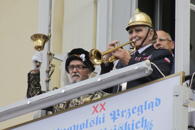 Władysław Stefan Grzyb i były już trębacz miejski Onufry Koszarny na balkonie trybunału