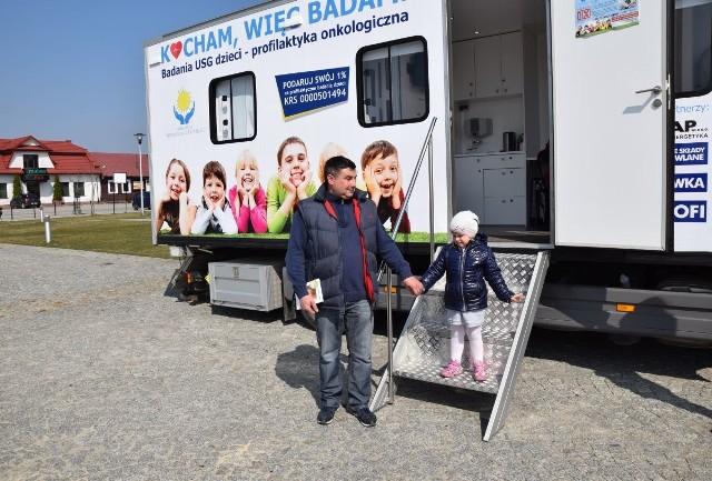 Rodzice chętnie odwiedzali wraz ze swoimi pociechami ambulans podkreślając, że akcja bardzo zmobilizowała ich do zbadania dzieci.