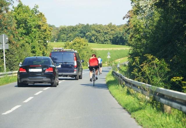 Należy pamiętać, że osoba pełnoletnia nie potrzebuje żadnych dodatkowych uprawnień, aby poruszać się rowerem po drogach publicznych. Natomiast osoby, które nie ukończyły 18. roku życia, muszą posiadać kartę rowerową lub prawo jazdy kategorii B1. Kartę rowerową mogą uzyskać już osoby, które ukończyły 10 lat. Z kolei, aby uzyskać prawo jazdy kategorii B1 trzeba mieć skończony 16. rok życia. Mandat za jazdę rowerem bez wymaganych uprawnień wynosi 100 zł.