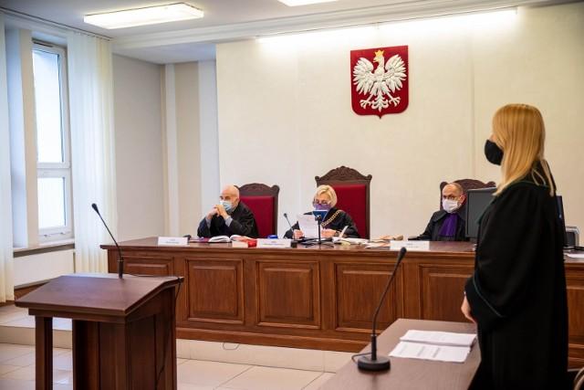 Oskarżonego nie było na ogłoszeniu wyroku. Sąd Okręgowy w Białymstoku w dużej mierze zmienił mu wyrok. Utrzymał jedynie rozstrzygnięcie w zakresie przyznania 5 tys. zł zadośćuczynienia rodzinie ofiary.