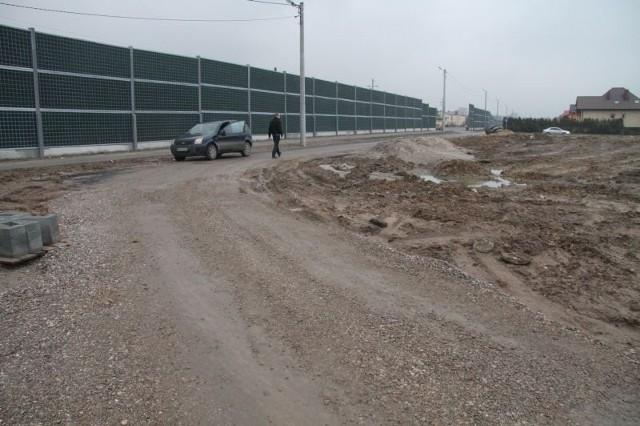 Ponieważ pracownik Urzędu Gminy w Piekoszowie nie naniósł utwardzanej drogi na mapę, właściciele działek mają problem z dojazdem do wykupionych gruntów.