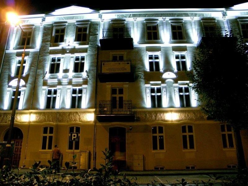 Centrum Organizacji Pozarządowych doczekało się ostatnio pięknej iluminacji. Obecnie ul. Małeckich jest jedyną w Ełku w pełni odrestaurowaną, zabytkową częścią miasta.