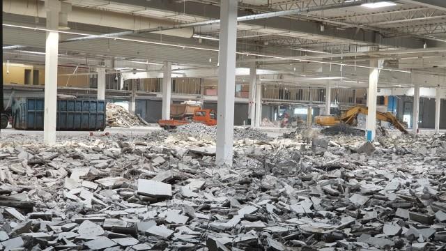 Trwa przebudowa dawnej siedziby Tesco Extra przy ul. Pojezierskiej w łodzi. Będzie się tu mieścił największy sklep Leroy Merlin w Łodzi - tzw. gigamarket oraz jeden z największych w całym kraju. Firma już szuka pracowników.Tesco przy ul. Pojezierskiej jest jednym z nielicznych oddziałów w kraju, które nie zostało kupione przez firmę Salling Group i nie będzie przekształcone w sklep Netto. W lutym okazało się, że w tym miejscu powstanie największy w Łodzi sklep Leroy Merlin, który oficjalnie będzie się nazywał Gigamarket Łódź Bałuty. Trwa przebudowa sklepu, a także rekrutacja pracowników.Czytaj dalej
