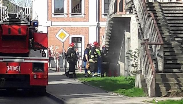 Pożar wybuchł w poniedziałek, 10 kwietnia, po godz. 9.00. – Dostaliśmy zgłoszenie wybuchu i zadymienia – mówi mł. bryg. Ryszard Gura, rzecznik zielonogórskich strażaków.Straż pożarna została zaalarmowana przez świadka, który słyszał wybuch w byłym w akademiku przy ul. Ogrodowej. Potem z budynku zaczął wydobywać się dym. Na miejsce natychmiast pojechało kilka wozów straży pożarnej.- Doszło do pożaru transformatora – mówi mł. bryg. Ryszard Gura, rzecznik zielonogórskich strażaków. Ogień został szybko ugaszony. Zobacz też: Pożar zabytkowej kamienicy w Zielonej Górze