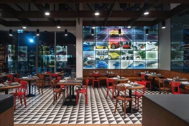 La Squadra Ristorante zostanie otwarta już niebawem. To restauracja z włoską kuchnią, opartą o tradycyjne, domowe przepisy oraz składniki pochodzące z Włoch. Znajduje się na partnerze nowego obiektu Grupy Pietrzak, tuż obok salonu Ferrari oraz Maserati, przy ul. Bocheńskiego w Katowicach. ZOBACZCIE ZDJĘCIAZobacz kolejne zdjęcia: wygląd, menu + data otwarcia>>>