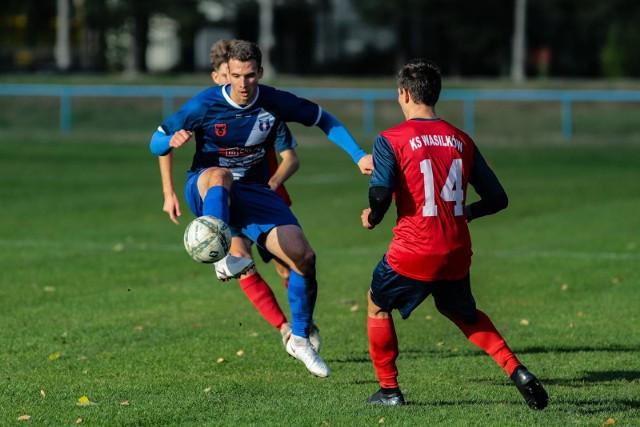 Olimpia Zambrów (niebieskie stroje) zagra w Kutnie, natomiast KS Wasilków (czerwone) stroje podejmie Pelikana Łowicz w 2. kolejce III ligi