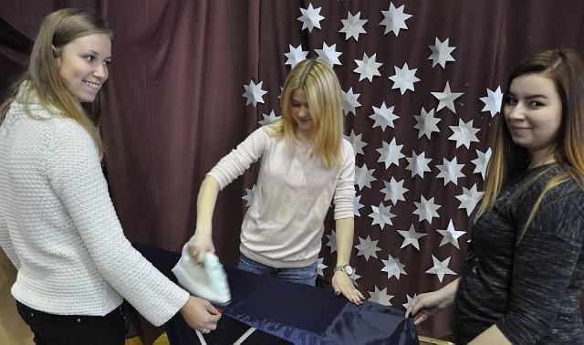 Asia z klasy technikum hotelarskiego w środę pomagały przy wystroju sali, w której będą bawić się na balu życia.