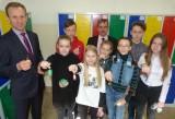 W szkole w Brynicy uczniowie odebrali kluczyki do... nowoczesnych szafek!