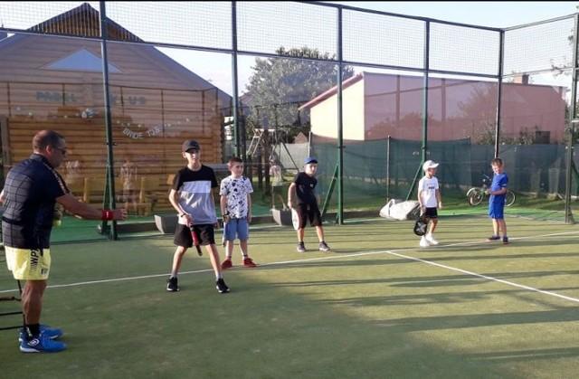 Kort do padla w Turbi i trening dzieciaków, którzy chętnie korzystają z oferty uprawiania nowego sportu