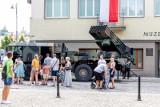 Białystok. Zdalnie sterowane modele i wyrzutnia rakietowa przed siedzibą Muzeum Wojska (zdjęcia)