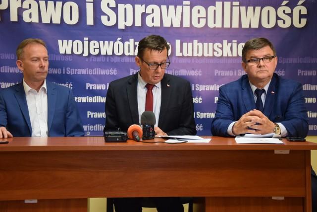 """Od lewej: Piotr Barczak, Marek Ast, Jerzy Materna wyjaśniają, na czym polega program """"Dobry start""""."""