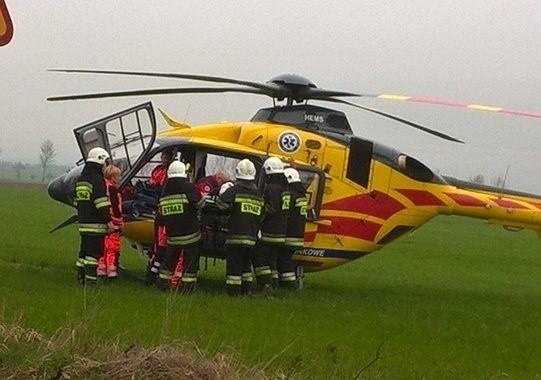 Do tego zdarzenia doszło w sobotę około godziny 8:25 na trasie Szudziałowo - Krynki. W miejscowości Ostrówek 69-letni kierowca ciężarówki dostrzegł dym wydobywający się z jednej z tylnych opon. Mężczyzna zaczął gasić oponę. Wówczas opona wystrzeliła raniąc 69-latka w twarz. Śmigłowiec Lotniczego Pogotowia Ratunkowego przetransportował mężczyznę do szpitala w Białymstoku.