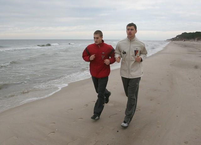 Piotr Celeban (z lewej) i Marcin Pontus ostro trenują w Pogorzelicy.