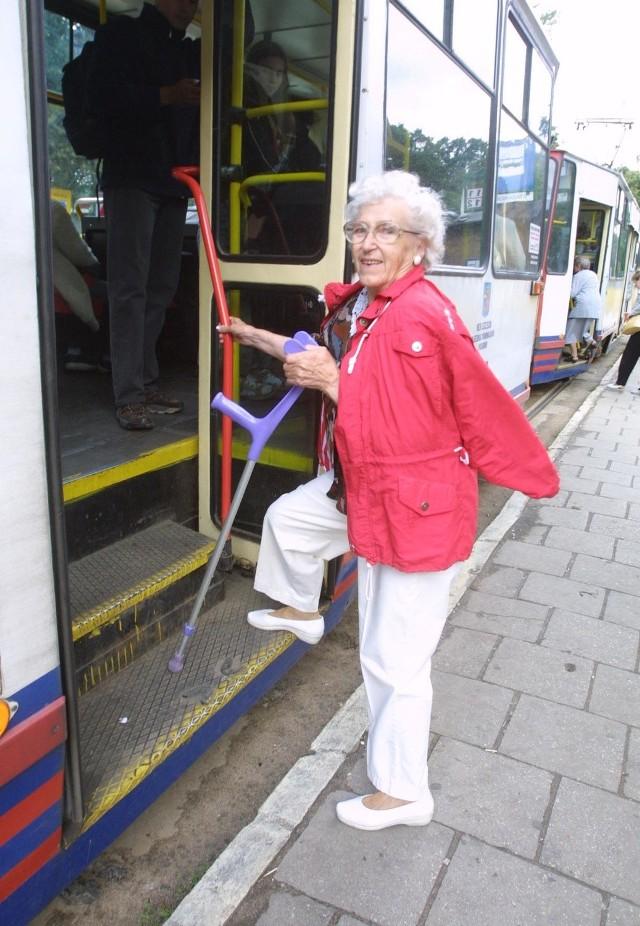 Pani Cecylia ma uraz od kiedy przygniotły ją drzwi od tramwaju. Zdaniem kobiety to niedopuszczalne, że dochodzi do takich sytuacji. Starsi ludzie powinni bez stresu korzystać ze środków komunikacji miejskiej.