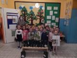 W Przysusze w przedszkolu dzieci sprzątały okolice i sadzily drzewka - to była prawdziowa lekcja elologii